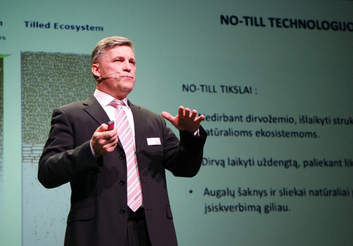 """Bendrovės """"Dotnuva Baltic"""" Technikos skyriaus vadovas R.Janarauskas sakė, kad jau yra norinčių išbandyti šių metų naujieną – prancūzišką tiesioginės sėjos """"SLY Boss"""" sėjamąją."""