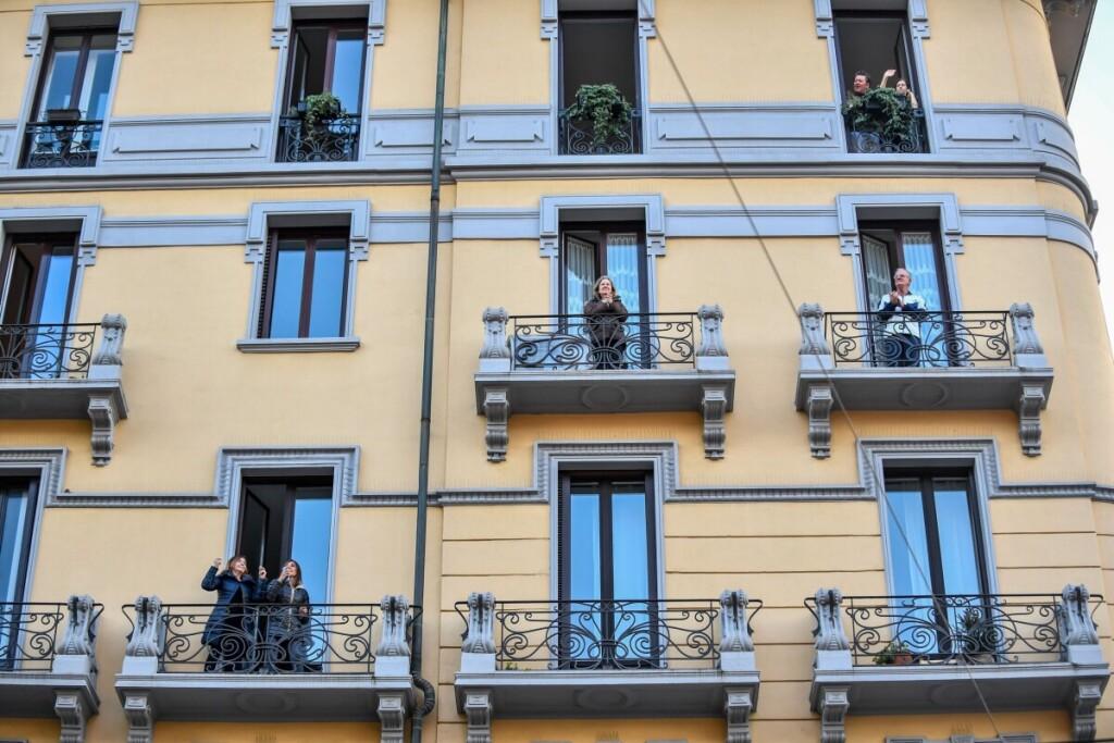Milano gyventojai sutartu laiku išėjo į savo namų balkonus kartu padainuoti dvasios stiprybę žadinančią dainą.