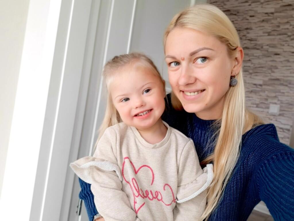 """Odrės mama R.Lazauskaitė tikina: """"Didžiausi iššūkiai dėl sveikatos problemų buvo pirmus metus. Dabar Odrė linksma, išdykusi mergaitė, mažai besiskirianti nuo bendraamžių."""""""