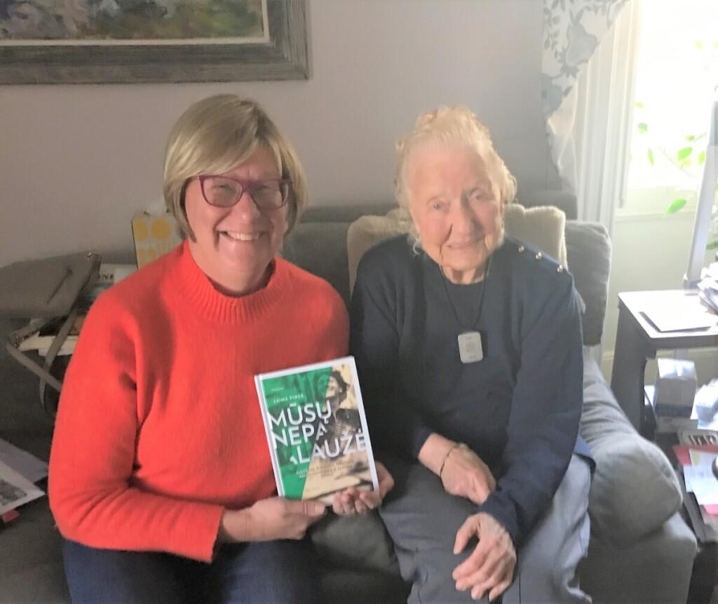 """Su knyga """"Mūsų nepalaužė"""" rašytoja aplankė vieną šios knygos herojų – legendinio partizano J.Lukšos-Daumanto žmoną N.Bražėnaitę-Lukšienę Paronetto."""