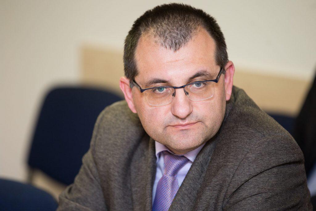 Profesorius Vytautas Kasiulevičius įsitikinęs, kad geriau turėti mažiau veikiančių gydymo įstaigų, bet tvarkingų, kuriose kiekvienas kontaktas ne tik su pacientu, bet ir su kolega vertinamas kaip kontaktas su COVID-19. 15min nuotr.