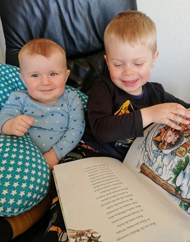 D.Lingienės proanūkiai gimė ir auga Danijoje. 3 metukų Linus su džiaugsmu skaito prosenelės knygutę 8 mėnesių broliukui Felix Jurgis.