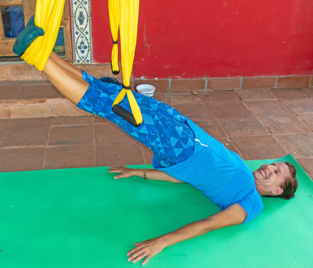 """Oro joga, pasak Esteros, ramus sportas – dirbama lėtai, be prievartos. Ši oro akrobatika nekenkia, nekelia streso, žmogus iš lėto """"pereina"""" į tam tikras pozicijas."""