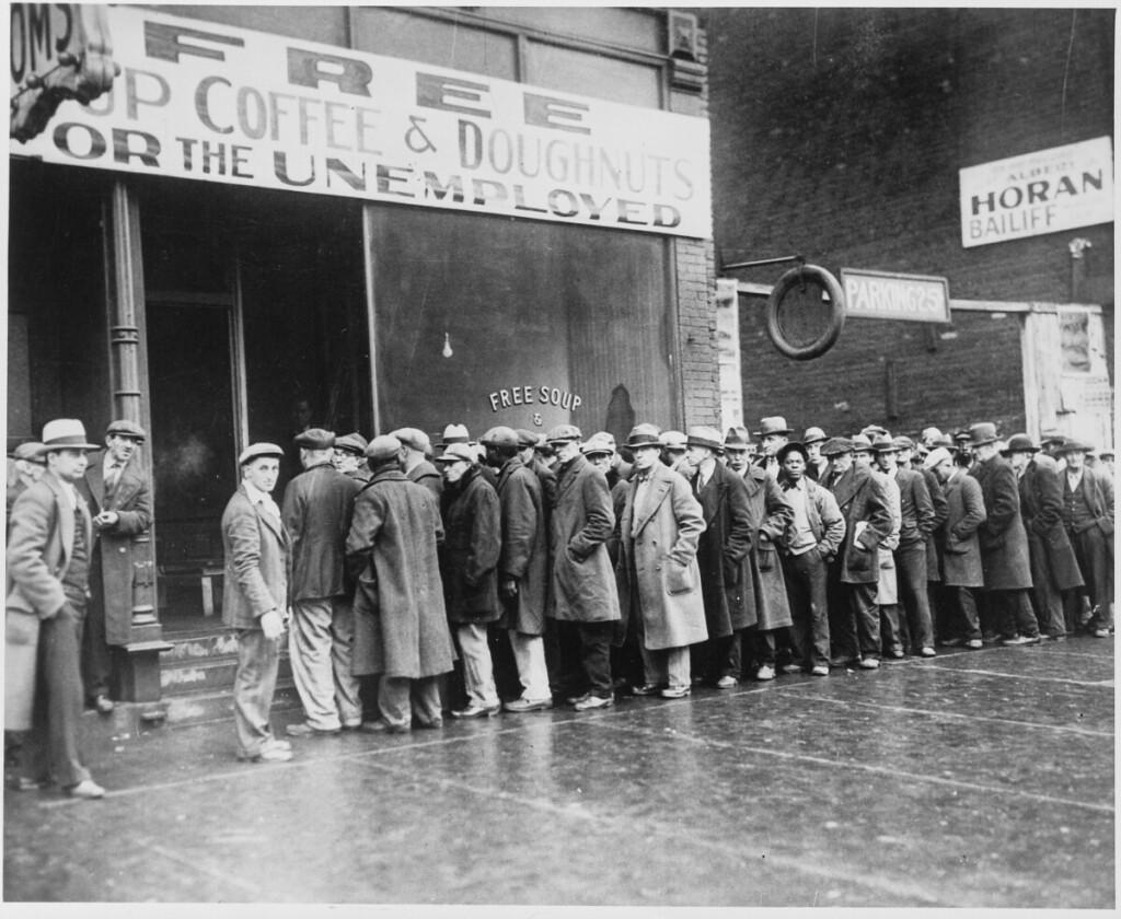 1931 m., Čikaga. Bedarbių eilė prie nemokamos sriubos šalia žymaus gangsterio Al Capone labdaros valgyklos.