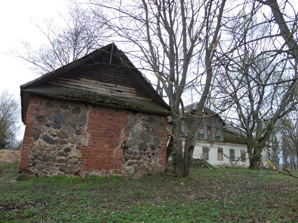 Šiuo metu yra išlikę tik dvaro sodybos fragmentai: tinkuoto mūro vienaaukštis ponų namas su medine mansarda, akmens mūro priestatas, senų obelų sodas.
