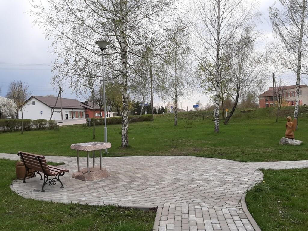 Parko aikštelėje esantis akmeninis šachmatų stalas įamžins a. a. mokytojo S.Saldūno atminimą.