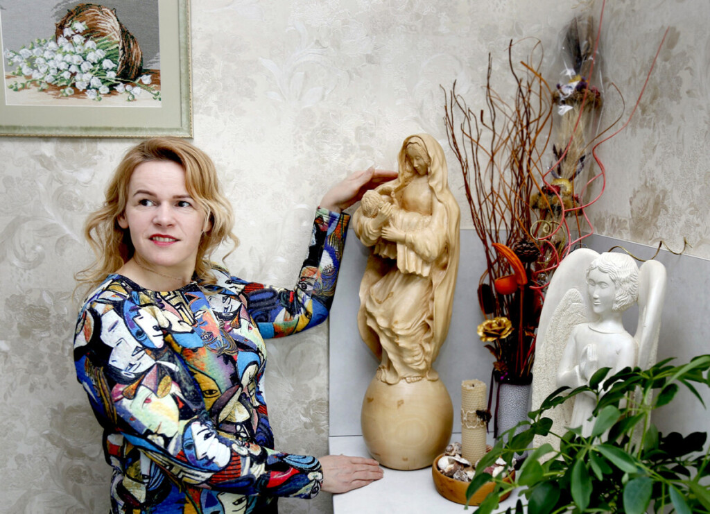Marijos su kūdikiu skulptūra ne tik spinduliuoja motinišką energiją, bet ir išsiskiria preciziškai išdrožinėtomis detalėmis. Giedriaus BARANAUSKO nuotr.