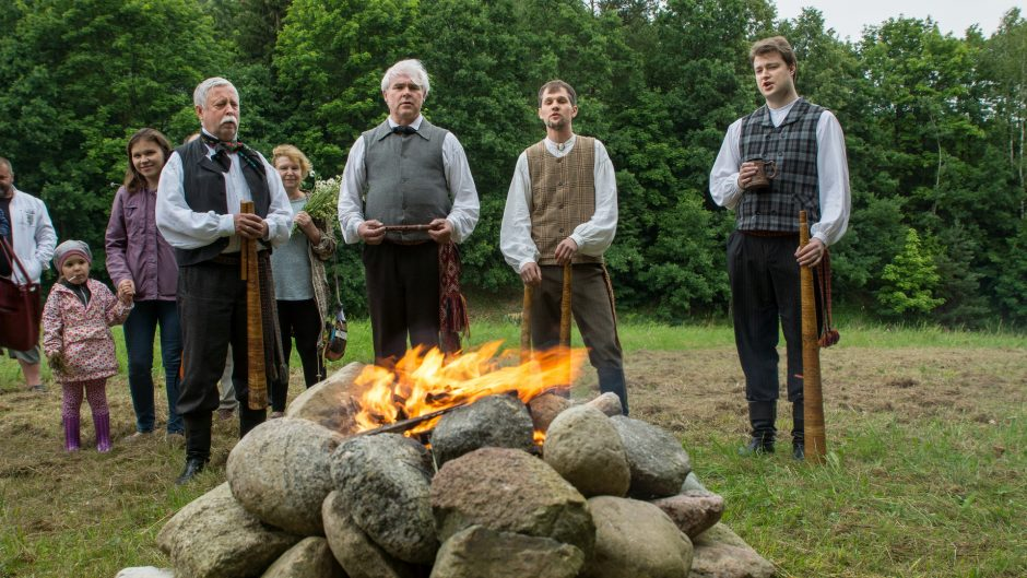 """Prie Joninių ugnies dabartinio """"Sutaro"""" vyrai: (iš kairės) vadovas A.Fokas, Raimondas Gužauskas, Saulius Balsys, Tautvydas Bradauskas."""
