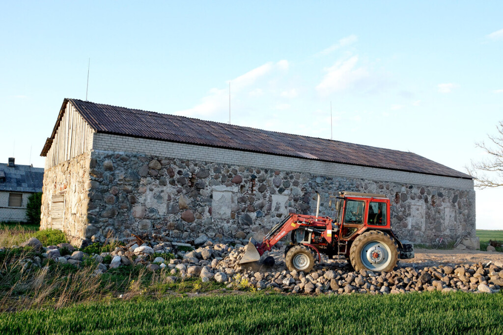 Kraštų dvaro magazino pastatą ūkininkas restauravo. Paliko jį autentišką ir pritaikė savo reikmėms. Čia sandėliuoja grūdus. Tvarkoma ir aikštelė. Ji grindžiama akmenimis, surinktais iš Aloyzo laukų. Laimio UNDZĖNO nuotr.