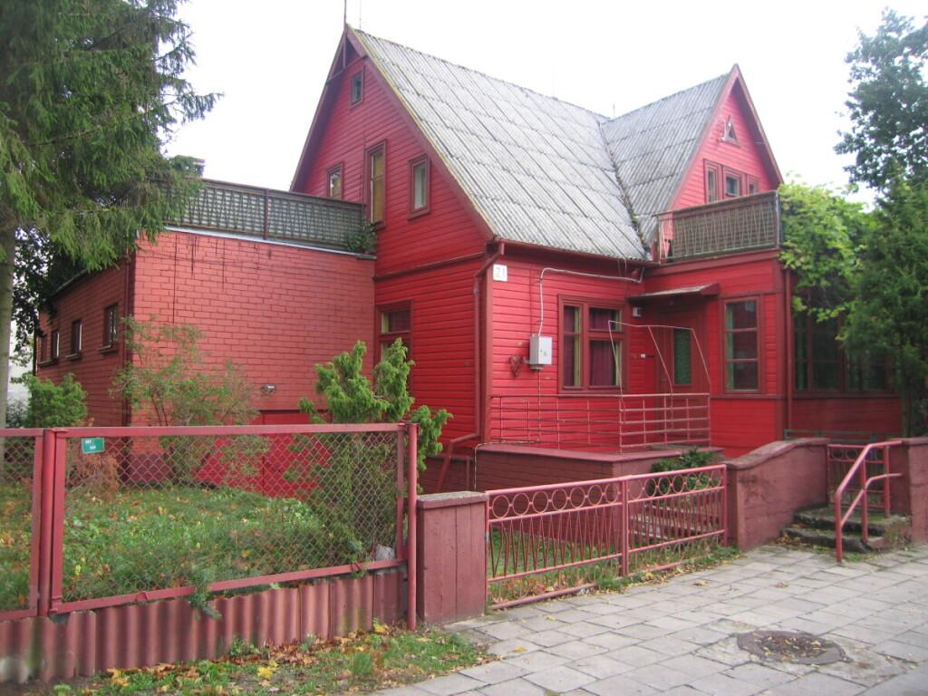 Ankstesnis medinis namas pernelyg rėžė akį raudona spalva.
