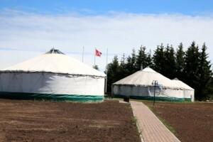 Milišiūnų ūkio jurtose vyksta edukacinės programos, vienoje jurtoje įrengta pirtis. A.Švelnos nuotr.