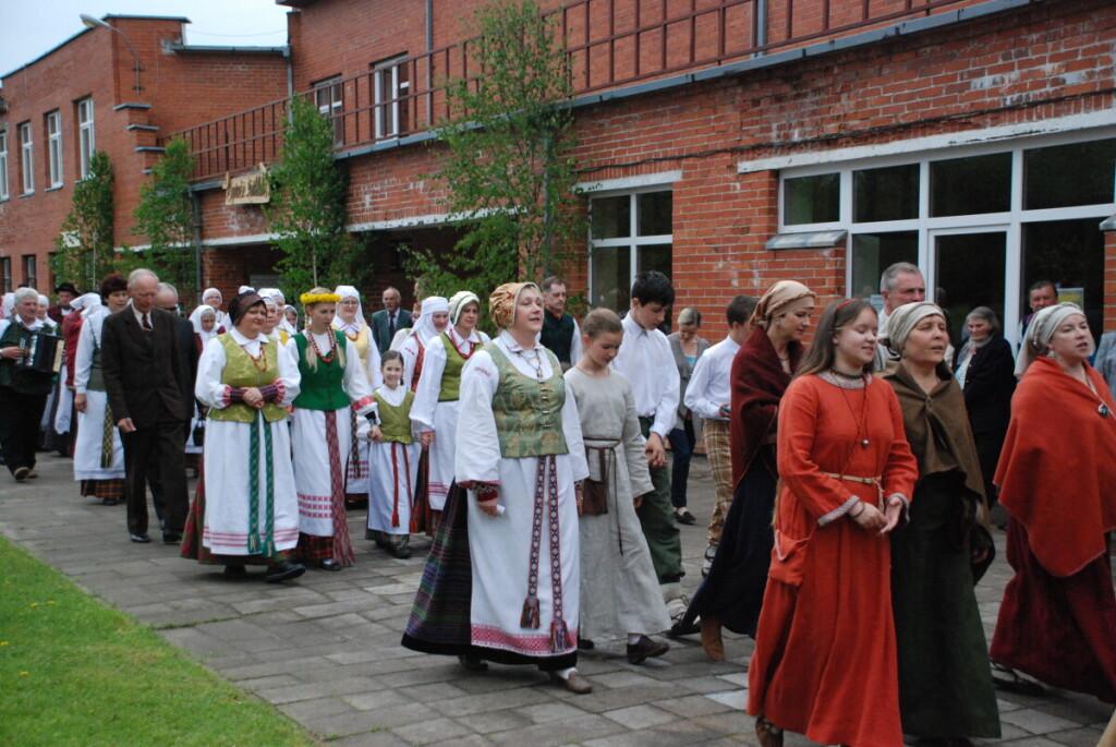 """Pavasarį folkloro mylėtojus į Gelvonus sukviečia Aukštaitijos regiono folkloro šventė """"Suprašė žvirblalis""""."""