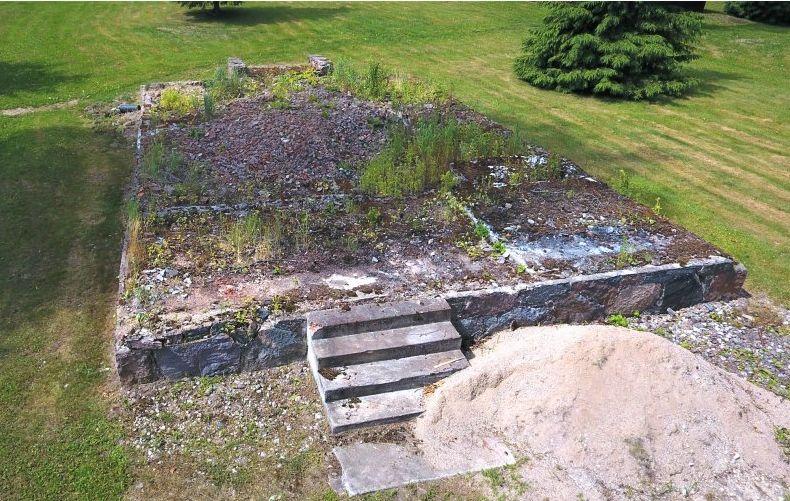 Iš B.Dauguviečio suprojektuoto vasarnamio šiandien likę tik akmeniniai pamatai ir paties režisieriaus lieti cementiniai laiptai.