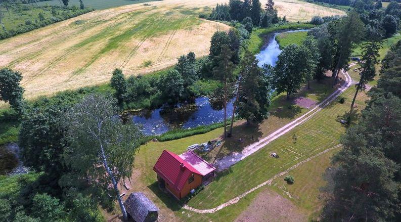 Buvęs garsus viensėdis šiandien gražiai tvarkomas, jį prižiūri čia pat žemę dirbantys ūkininkai. A.Švelnos nuotr.