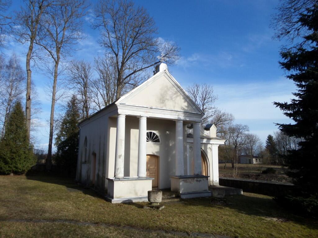 Švč. Mergelės Marijos Apsilankymo bažnyčios šventoriuje yra Pliaterių kripta.