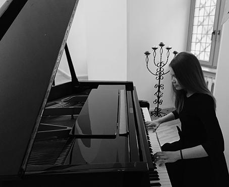 Nuo mažų dienų su instrumento klavišais bendravusi ir šešerių metų oficialiai tapusi muzikos mokyklos moksleive Lauryna Bukytė yra pelniusi ne vieno konkurso laureato diplomą. Atsakingai konkursams ir koncertams besiruošianti mergaitė sako, kad būti scenoje, išbandyti savo jėgas ir pajusti žiūrovų emocijas jai yra tikra laimė.