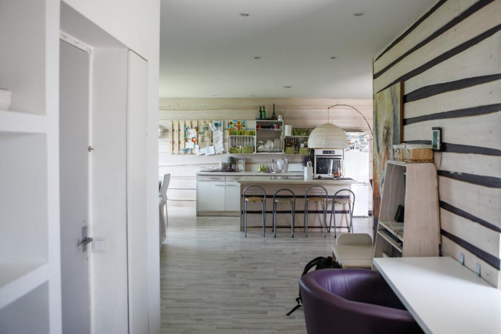 Virtuvės baldai pagaminti iš šiame pastate rastų daiktų ir kadaise Ingos tėčio sumeistrautų prekystalių.