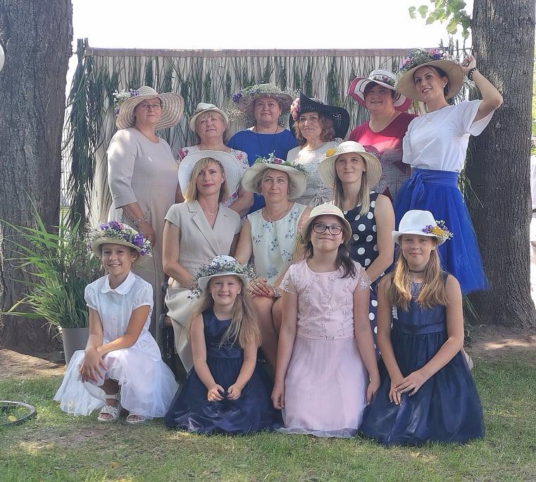 Alvito moterys pristato skrybėles per Šv. Oninių šventę