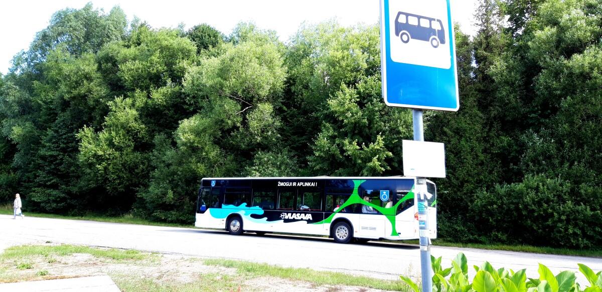 Tarpmiestiniuose autobusuose stovimų vietų nėra, todėl keleiviai negali važiuoti stovėdami