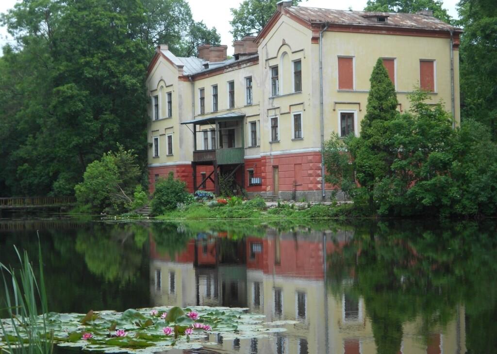Buvusius rūmus supa išlikę senieji tvenkiniai. (nuotr. autorė Regina Jasinskienė).