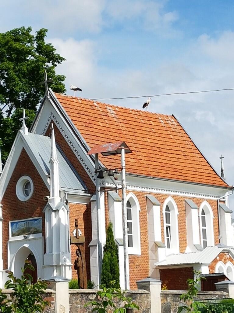 Sudegusią bažnyčią parapijos tikintiesiems 76 metus atstojo šventoriuje esanti koplytėlė – Gauronskių mauzoliejus.