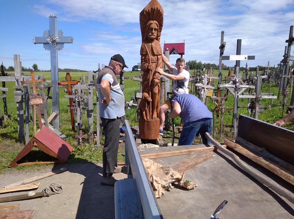 """Tautodailininkas J.Bugailiškis prieš pat Šv. Roko atlaidus Kryžių kalne pastatė skulptūrą """"Šv. Rokas"""", prašydamas apsaugoti Lietuvą nuo klastingo viruso."""