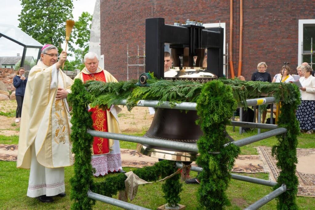 Naujos Alvito bažnyčios varpą birželio 14 dieną pašventino Vilkaviškio vyskupas Rimantas Norvila. Birutės Nenėnienės nuotr.