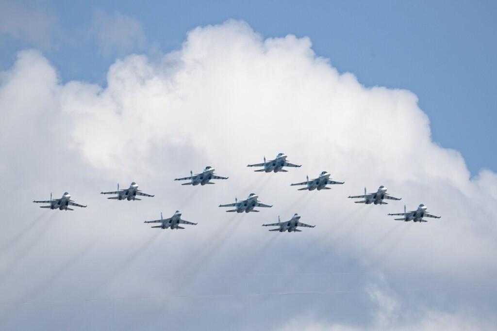 Ekonominiu sunkmečiu, augant nedarbui ir mažėjant algoms, Rusijoje pastebimai padaugėjo pompastiškų karinių paradų.