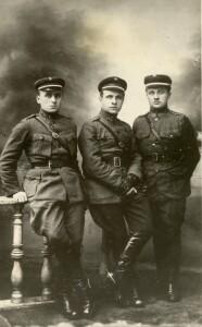 Močiutės Marijos broliai Šarauskai – savanoriai, karininkai: kapitonas Bronius, pulkininkas Juozas ir atsargos leitenantas Vincas.