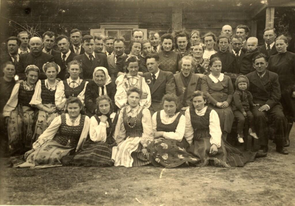 V.Baškio vestuvės su gydytoja odontologe M.Šarauskaite. 1943 m. kovo 10 d. Baisogala, Komariškiai.