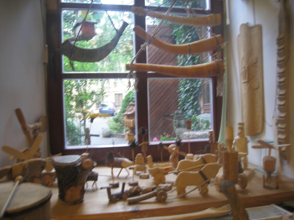 Dirbtuvėse vaikams leidžiama žaisti mediniais meistro Jono išdrožtais žaislais, groti muzikos instrumentais.
