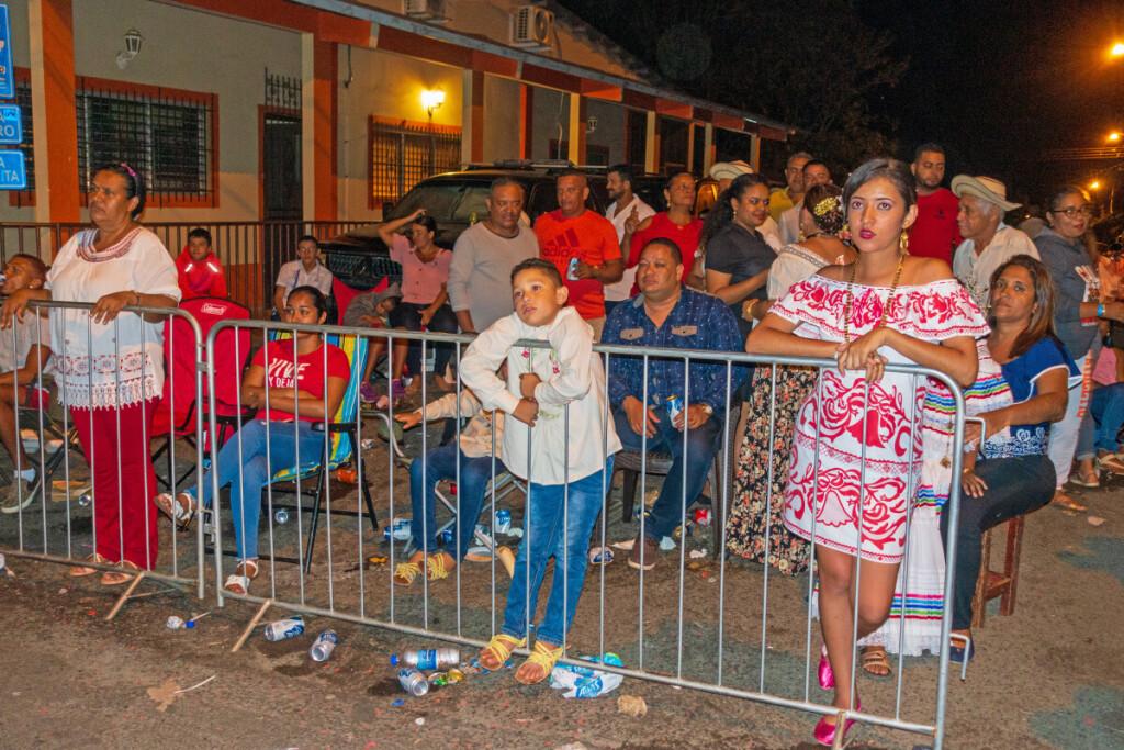 Minia į karnavalą rinkosi tuoj po pietų, bet gausiausiai – gerokai sutemus, apie devintą valandą vakaro.
