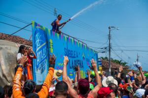 Saulės karštį organizatoriai kiek malšindavo minios laistymu