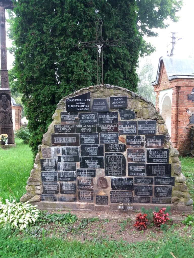 """Paminklą """"Sovietmečio aukos 1940–1950"""" pastatė Alizavos bažnyčią aptarnaujančio Kupreliškio klebono V.Taučkėlos paskatinti alizaviečiai."""