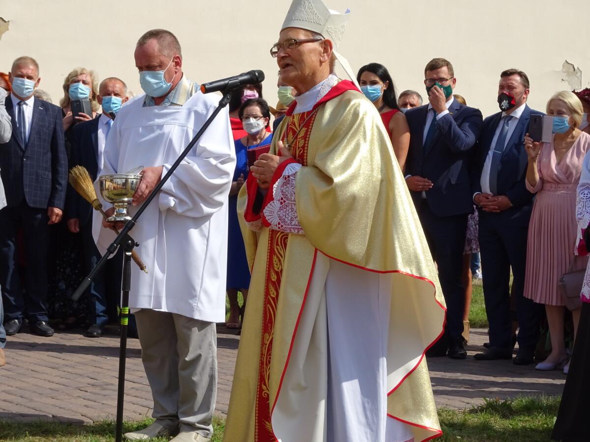 Panevėžio vyskupas emeritas J.Kauneckas prisiminė Simne prasidėjusį kelią į kunigystę ir pašventino parapijos jubiliejui skirtą kryžių, kurį padovanojo Nasulevičiai.