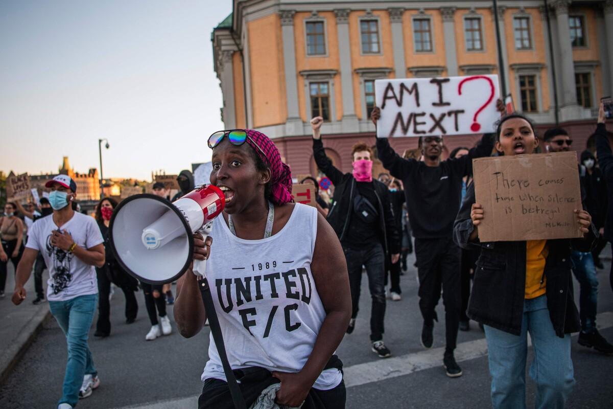 """""""Juodųjų gyvybės svarbios"""" maršo dalyviai Švedijos sostinėje."""