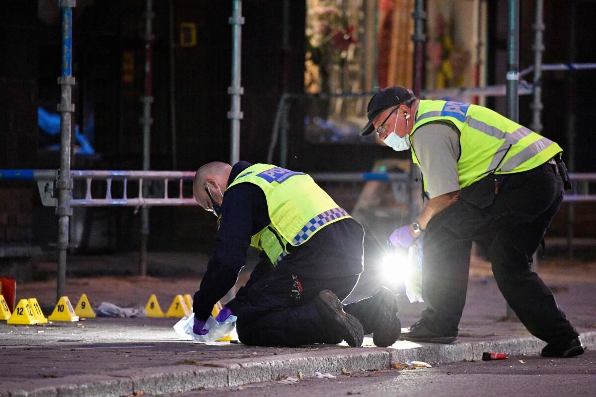 Policininkai apžiūrinėja išpuolio, per kurį buvo pašauti 5 žmonės, vietą Malmėje.