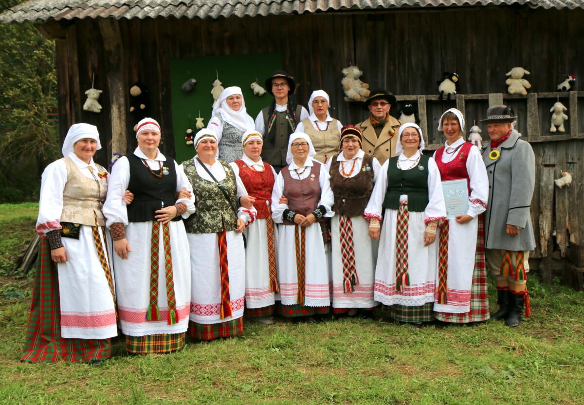 """Raubonių folkloro ansamblis""""Tatula"""" dalyvauja įvairiose šventėse."""