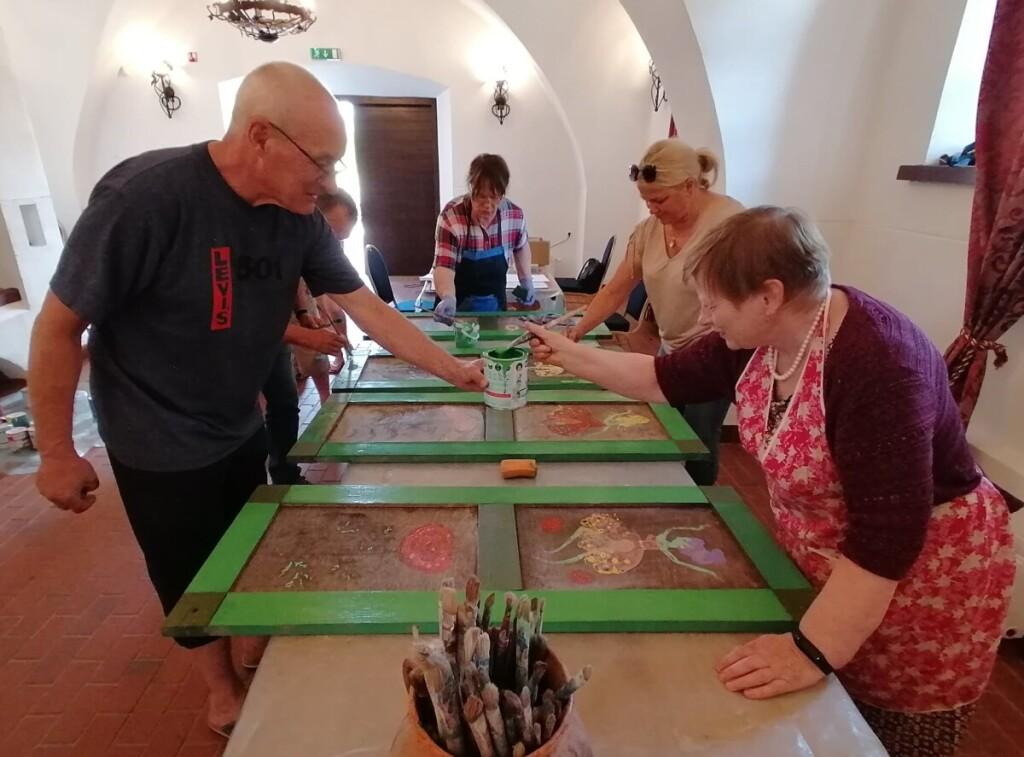 Šiemet vykusiame 16-ajame langinių plenere buvo restauruojamos senos langinės. Dailininkams talkino savanoriai rokiškėnai.