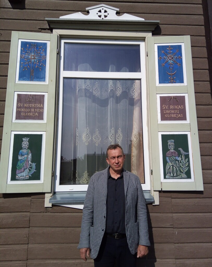 A.Augutis ištapė Rokiškio parapijos namų langines.