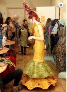 Einant į sceną augalines suknias S.Šaparnytei padeda apsirengti mama.